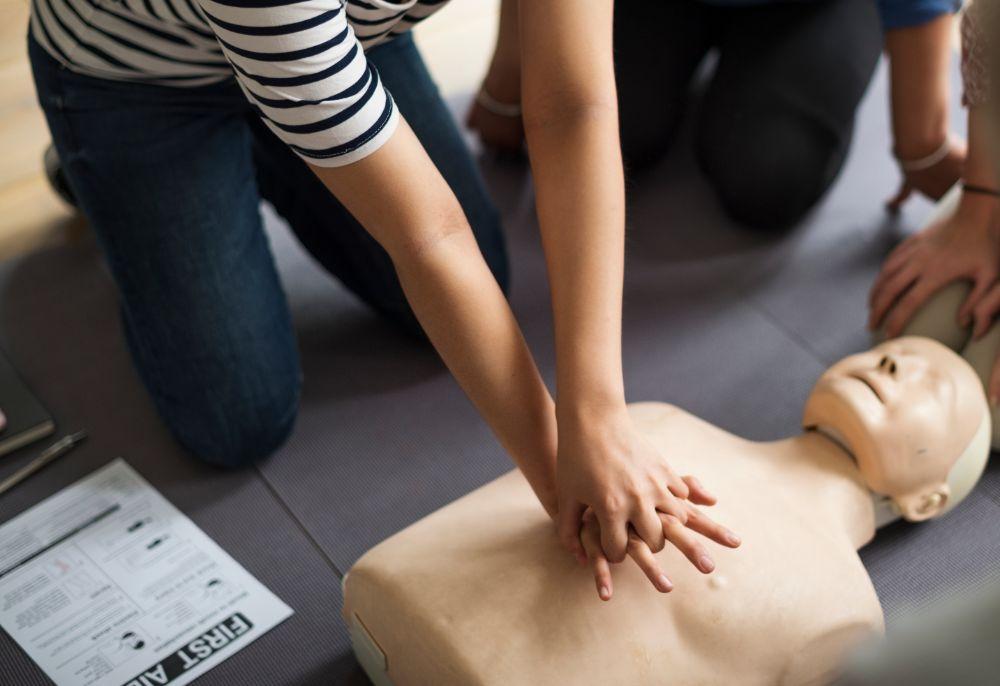 Clases de primeros auxilios simulación