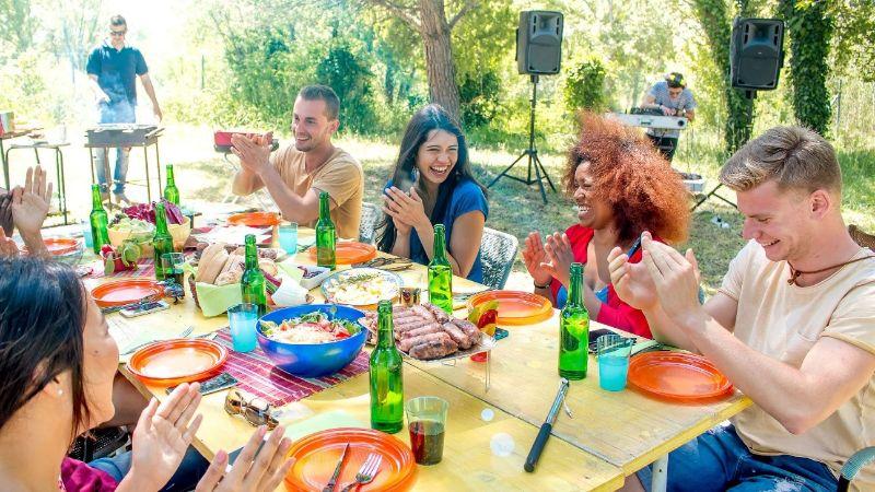 gente disfrutando en juntos en una comida en la naturaleza