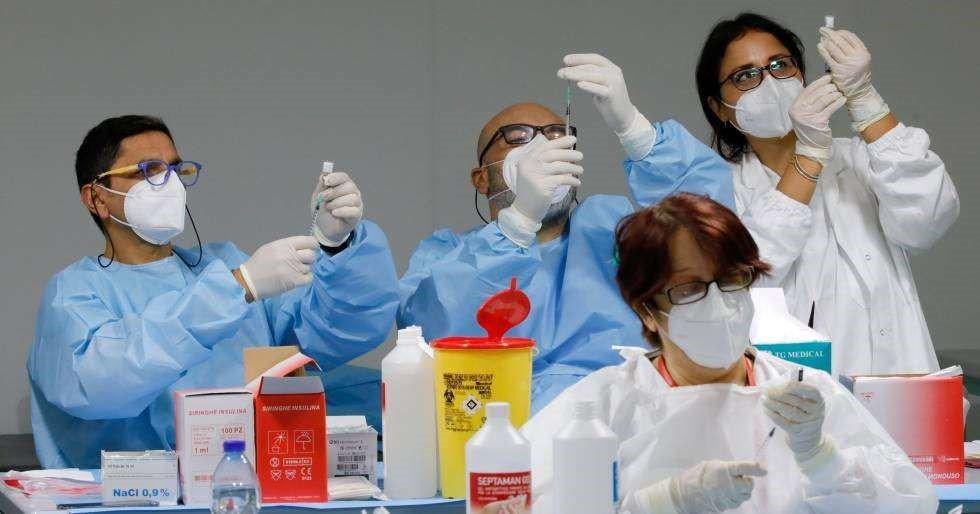 sanitarios preparando vacunas