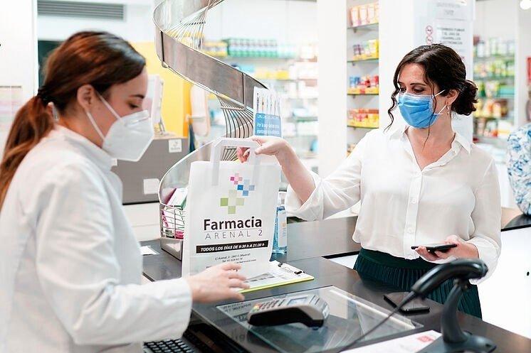 Isable diaz ayuso comprando en una farmacia