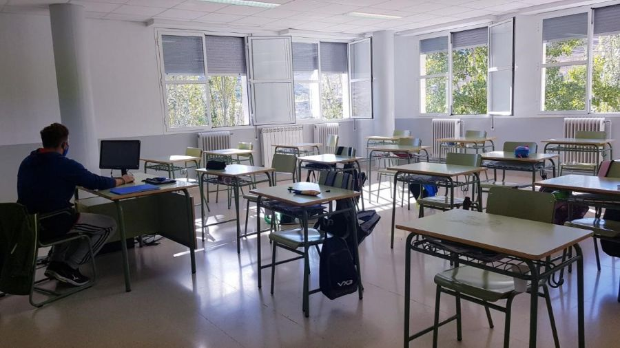 aula vacía solo un profesor